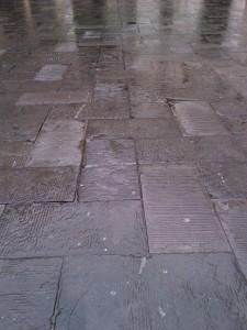 Pioggia sui blocchi di porfido di Piazza dei Signori o Piazza Dante a Verona.