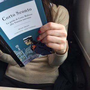 Corto Sconto lettrice in treno